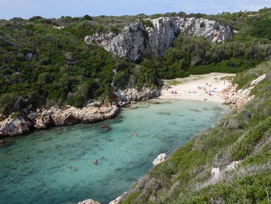 Bañistas en la cala de Biniparratx, Menorca