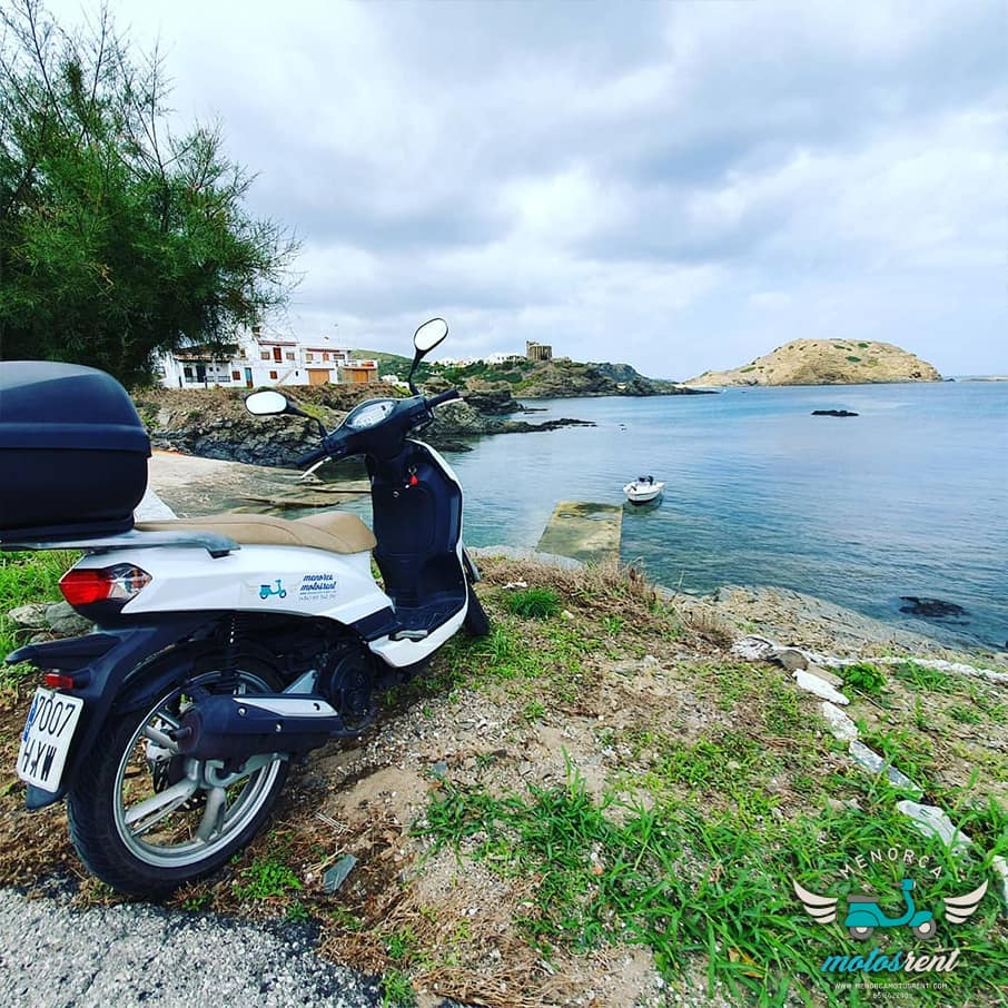 Alquiler moto playa Menorca